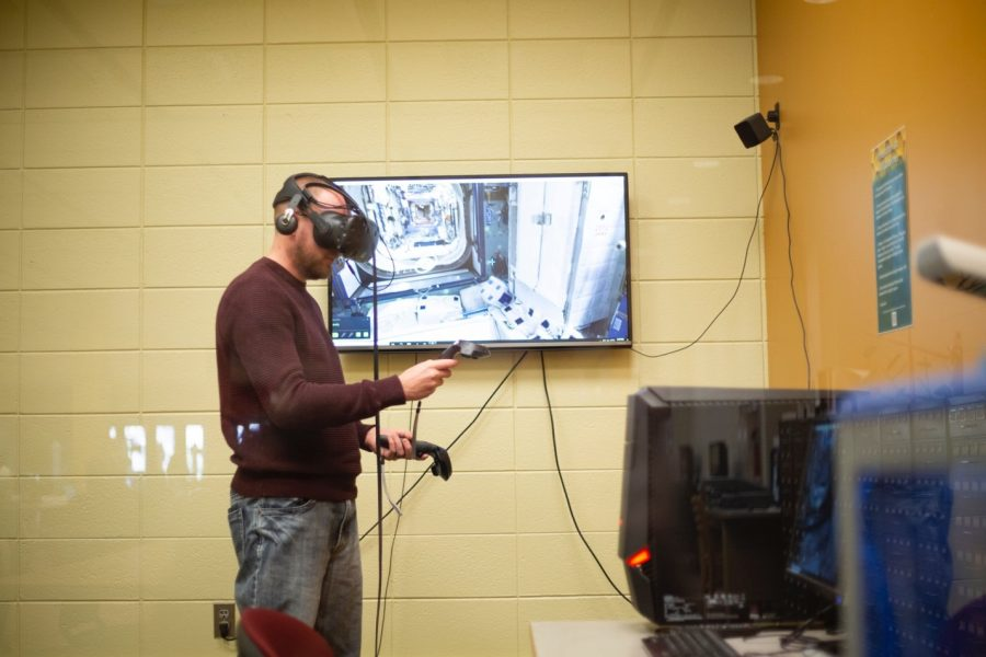 Aaron+Bauerly%2C+systems+librarian%2C+explores+the+International+Space+Station+using+virtual+reality+technology+in+the+Innovation+lab+at+BHSU.